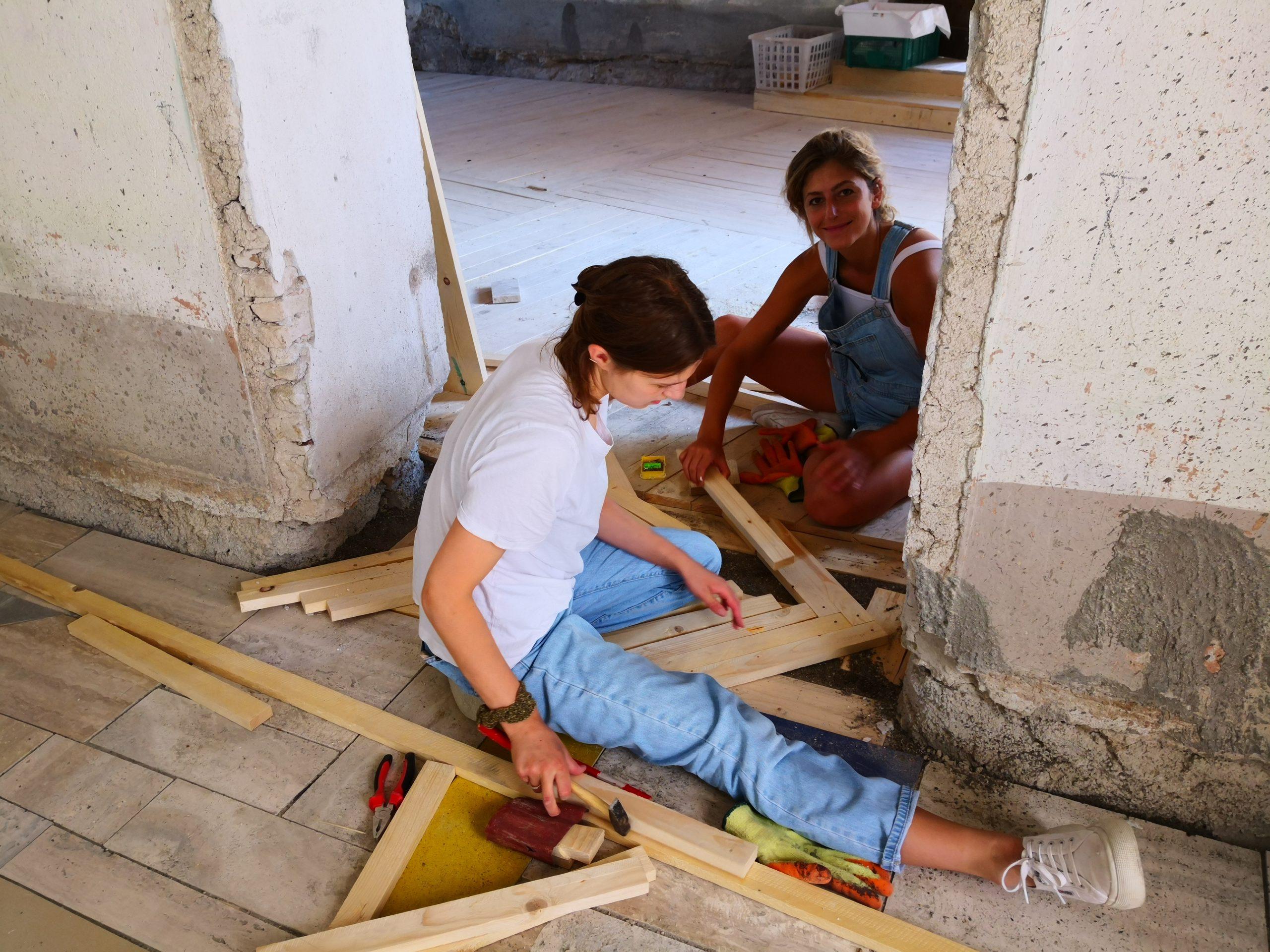 Costruzione dei pavimenti durante il workshop