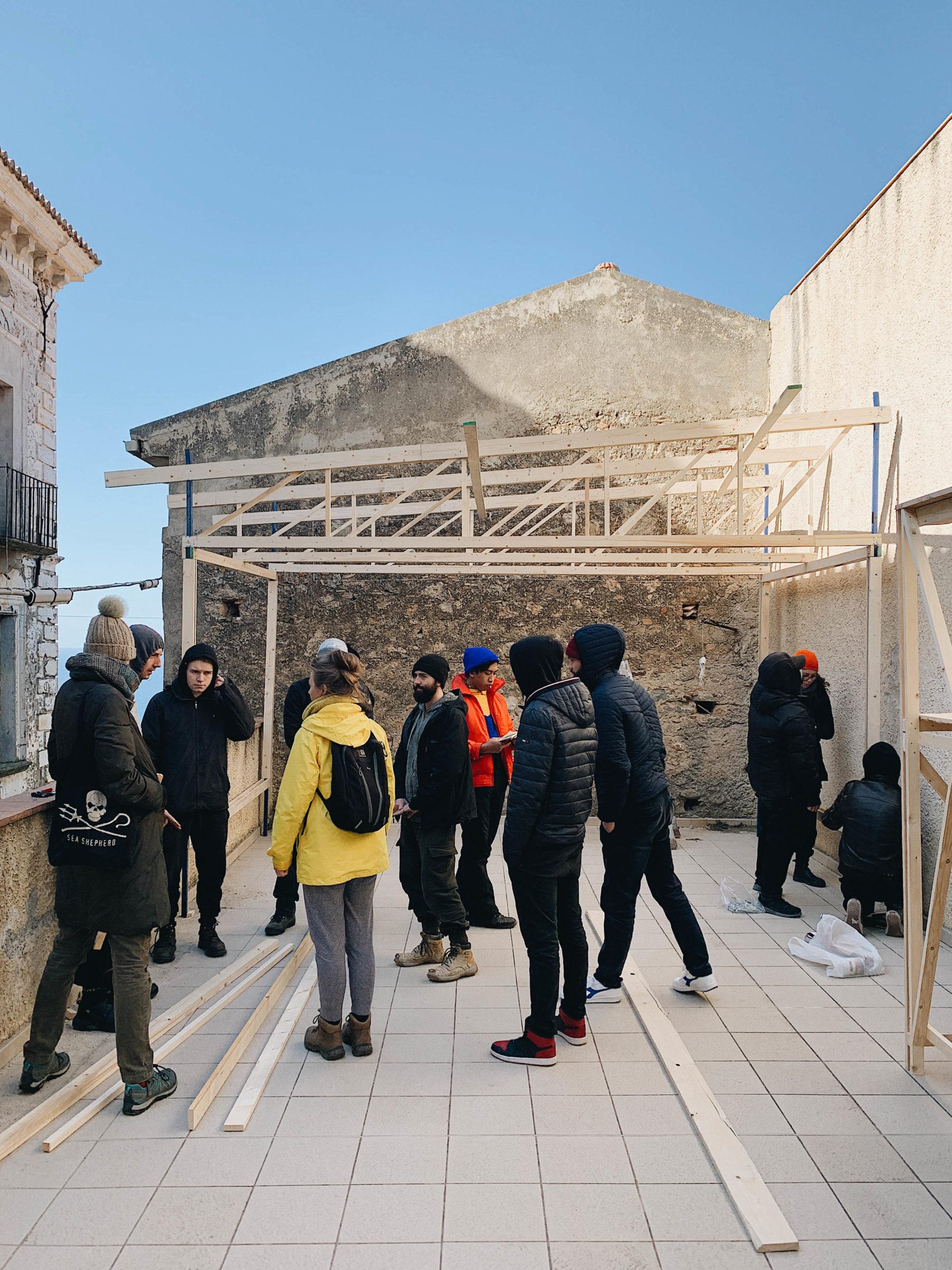 Studenti alla casa costruendo la struttura con Orizzontale