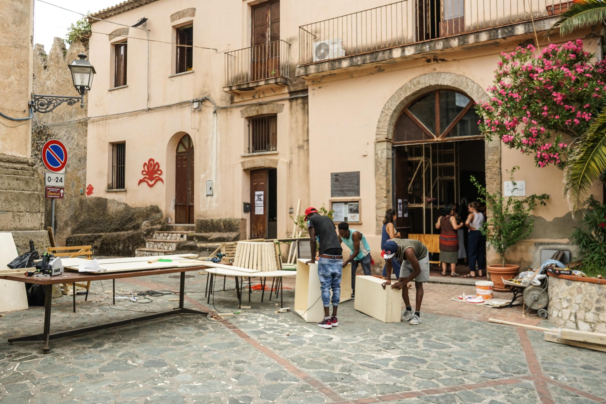 Realizzazione delle strutture della libreria in piazza a belmonte
