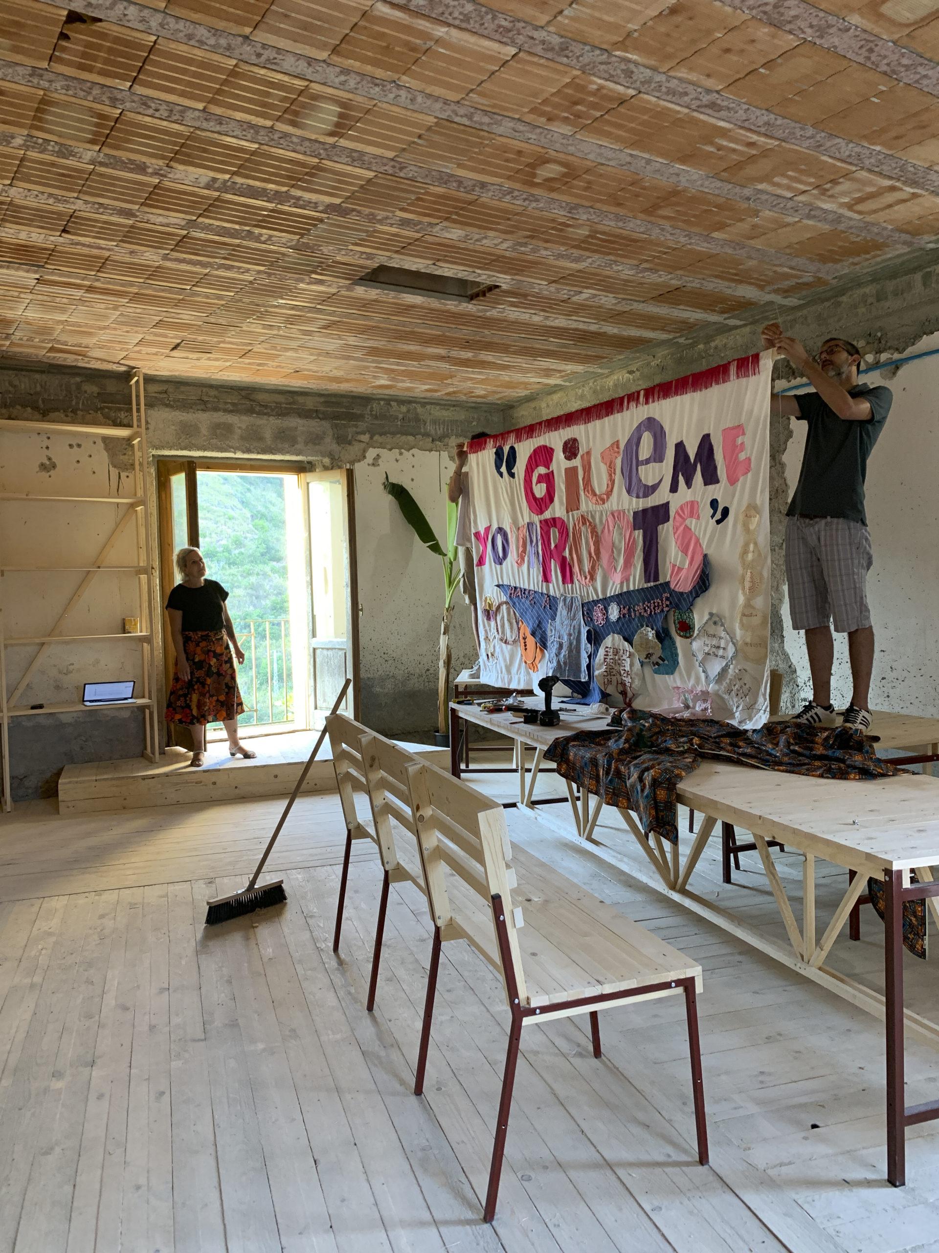 Installazione della bandiera durante il workshop
