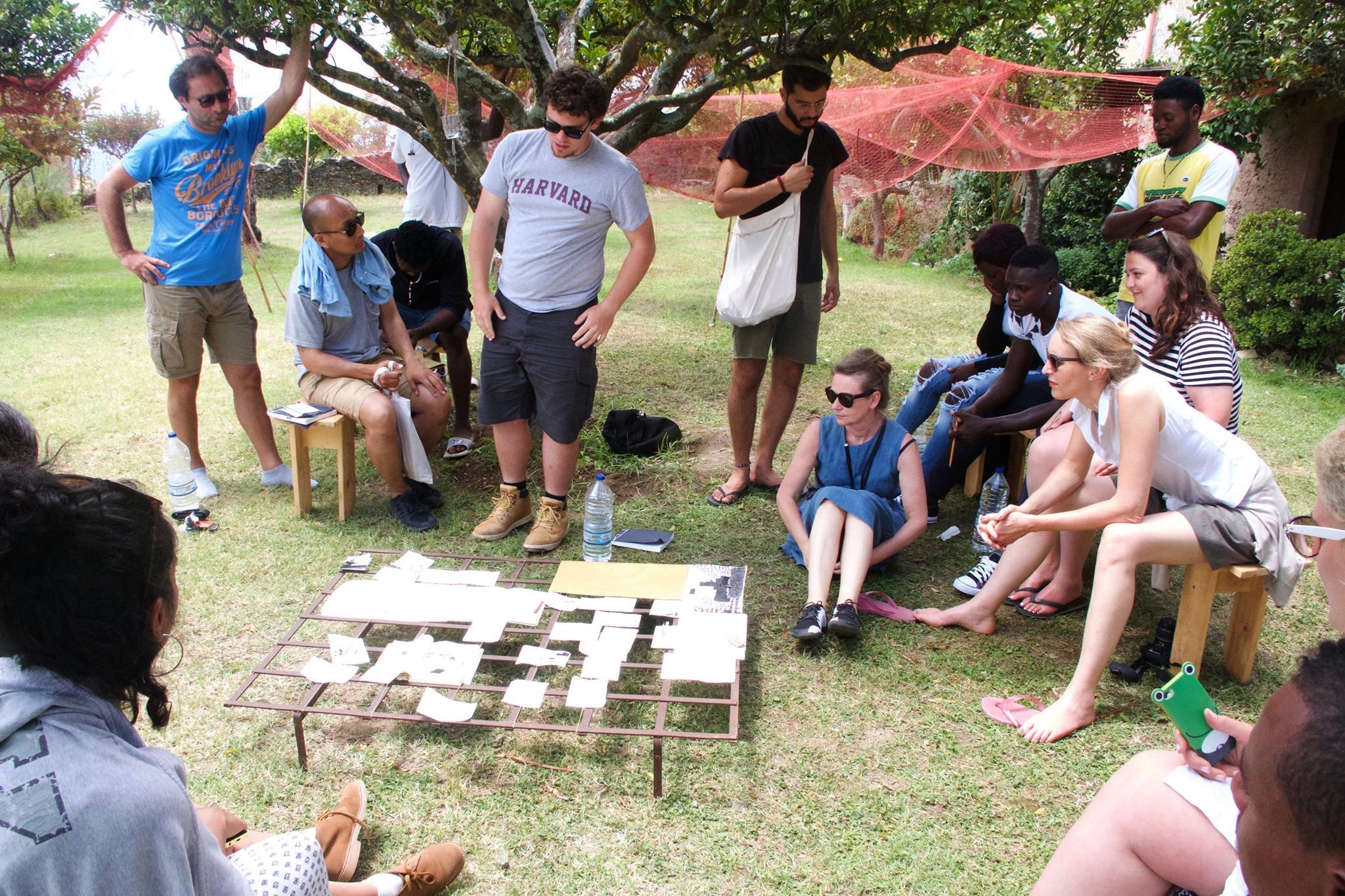 Discussione di gruppo attorno a disegni