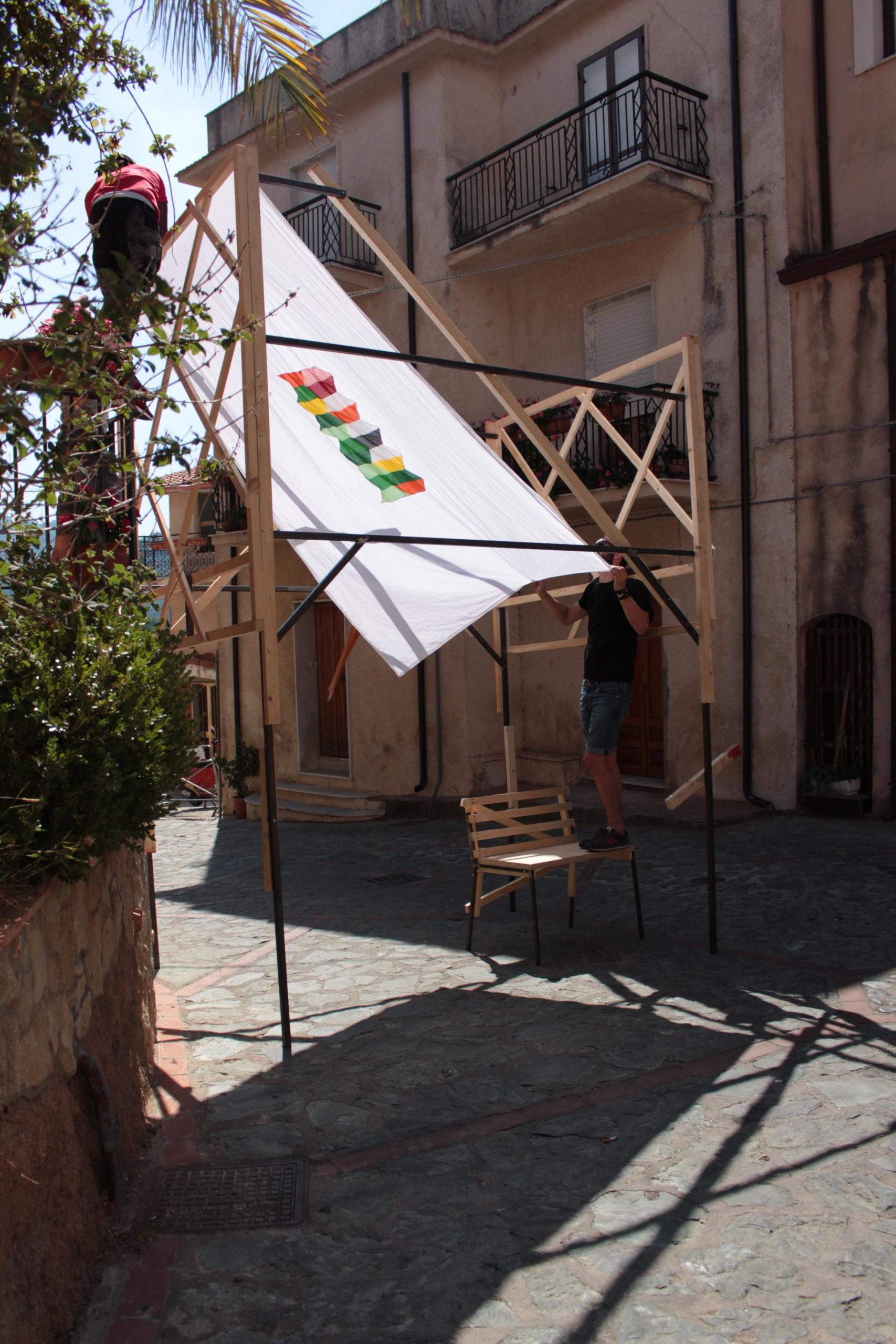 Costruzione delle strutture in piazza