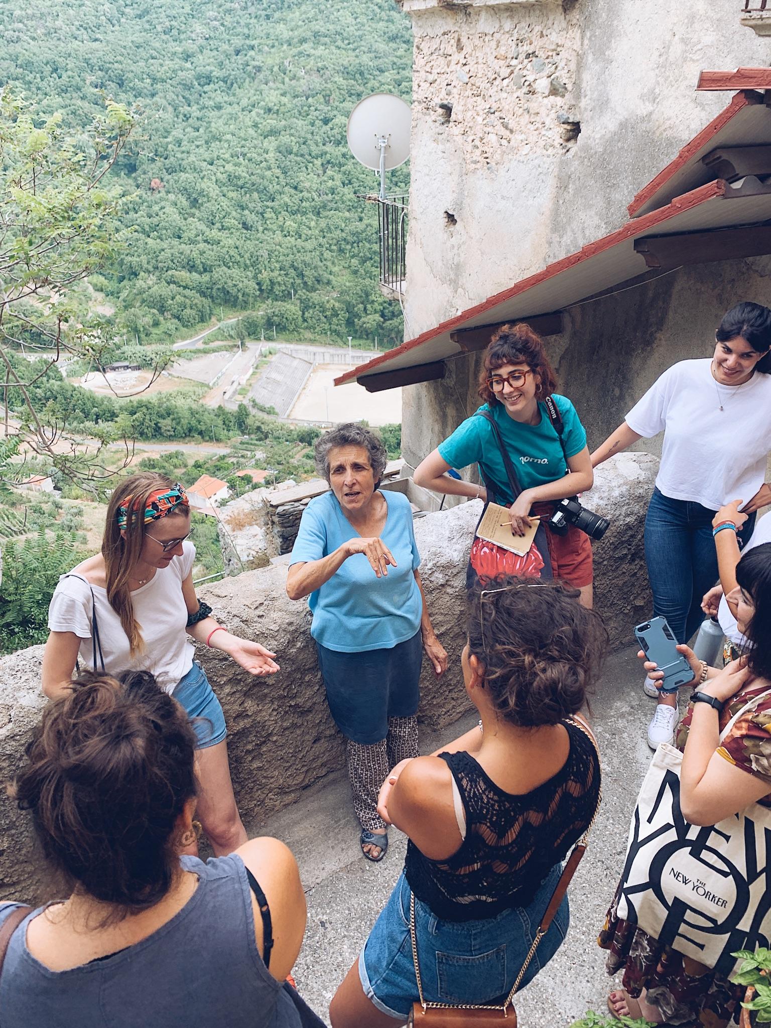 Interazione con abitanti locali a Belmonte